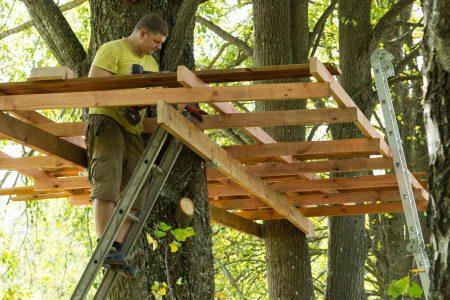 Namelis medyje paslankaus tvirtinimo sistema